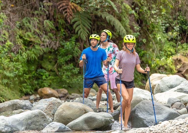 Caminata por el río en Kinkara Luxury Retreat Santa Elena, San José